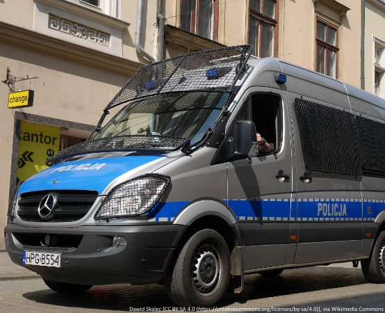 Policja Wałbrzych: Trzech młodych mężczyzn odpowie za umyślne usunięcie znaków państwowych